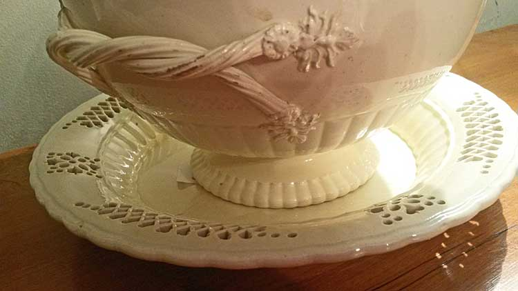 Creamware Bow with cover and Stand